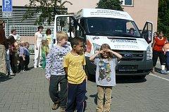 Nový automobil pro přepravu handicapovaných klientů získalo Dětské centrum v Kopřivnici díky pětadvaceti kopřivnickým firmám.