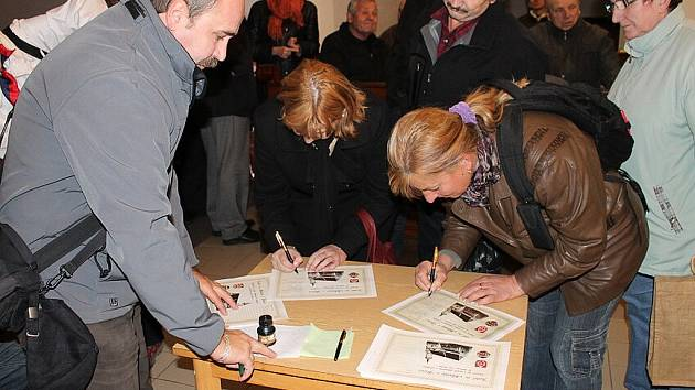 Jedinečný okamžik, který se uskutečnil v pondělí 12. listopadu v bíloveckém kostele sv. Mikuláše, si nenechalo ujít na dvě stě lidí. Veřejnosti byly představeny dokumenty, které budou vloženy do makovice věže kostela.