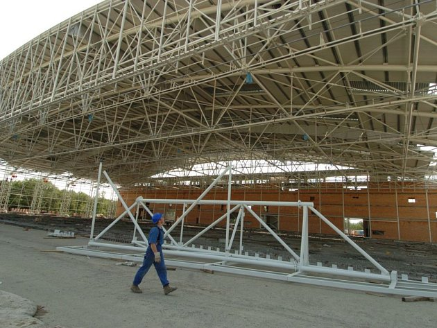 Střecha hangáru na opravu velkých letadel.