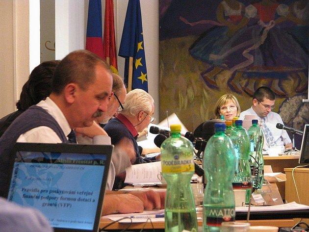 Miroslav Halatin (vlevo), předseda finančního výboru, vyzval na posledním zasedání zastupitelstva k šetření.