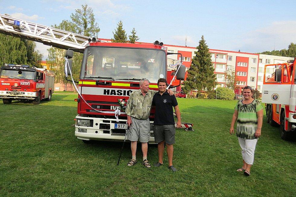 Nový výsuvný žebřík s košem, který v pátek dostali fulnečtí hasiči, dosáhne do výšky třiceti metrů.