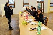 Plynule přicházeli voliči do volební místnosti v Rybím.