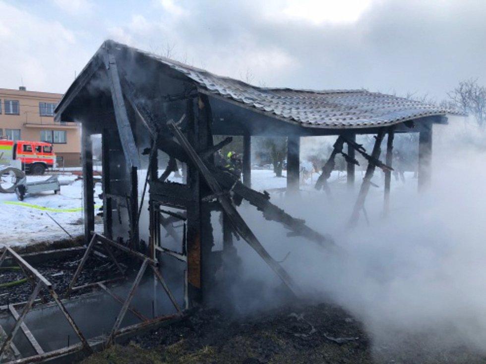Ve čtvrtek 22. února likvidovali hasiči požár nové chatky v Suchdole nad Odrou na Novojičínsku.  Foto: HZS MSk