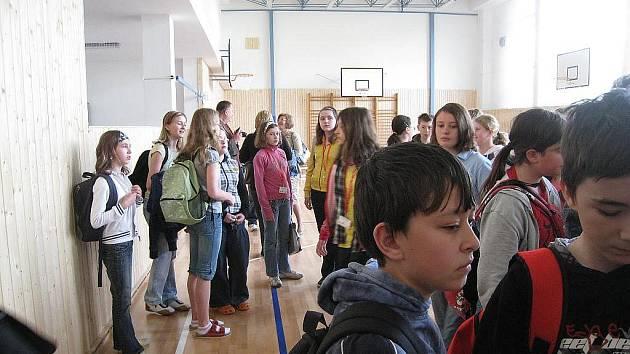 Žáci své polské spolužáky přivítali také vlastnoručně vyrobeným nápisem.