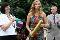 Petra Kvitová, vítězka Wimbledonu, přijela do Fulneku, kde ji přivítaly tisíce fanoušků.