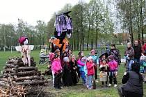 Rej čarodějnic zažili v sobotu 27. dubna v Jeseníku nad Odrou. Nakonec hlavní čarodějnici spálili.