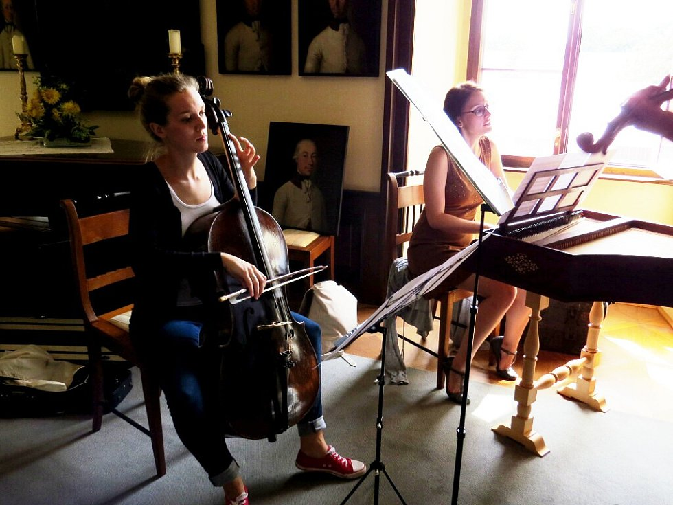 Komnaty kunínského zámku hostí do zítřejšího dne mezinárodní letní kurz interpretace staré hudby.