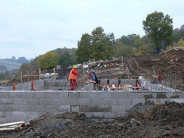 Na to, jak probíhá stavba povodňových domků, se přijel 27. října odpoledne podívat hejtman Moravskoslezského kraje Jaroslav Palas.