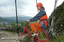 Právě na něj v třicetimetrové výšce včera poprvé usedla Kateřina Gálová.