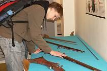 Výstava replik zbraní byla součástí soutěže v programování, která se minulý týden uskutečnila na VOŠ, SOŠ a SOU Kopřivnice.