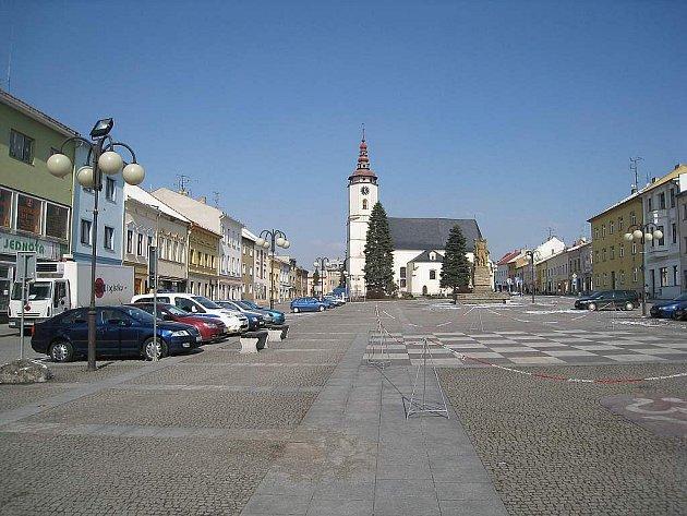Velká doba Rakousko-uherska 1914 – 1916 stojí na pohlednici z počátku dvacátého století. Slezské náměstí se od dob Rakouska–Uherska docela změnilo. Válkou poničená severní strana náměstí byla stržena a na jejím místě vznikl malý park.