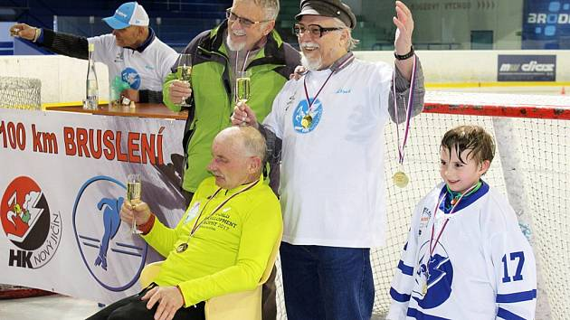 Karel Ligocki, šedesátiletý sportovec ze Suchdolu nad Odrou, překonal na zimním stadionu v Novém Jičíně svůj stávající rekord v disciplíně 100 kilometrů na bruslích a vytvořil tak nový český rekord.
