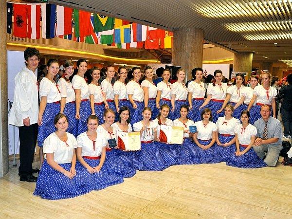 Dvě platinové medaile přivezli minulý týden zjihočínského města členové Komorního sboru Ondrášku znovojičínské základní umělecké školy.