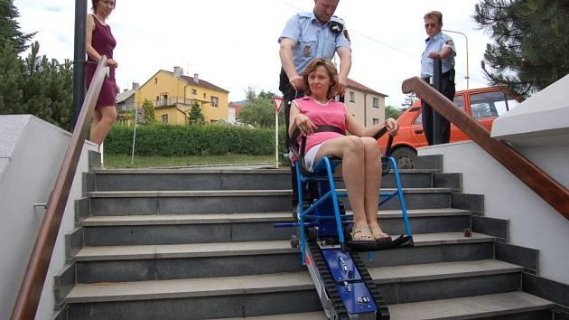Strážníci si vyzkoušeli obsluhu schodolezu s plnou zátěží.
