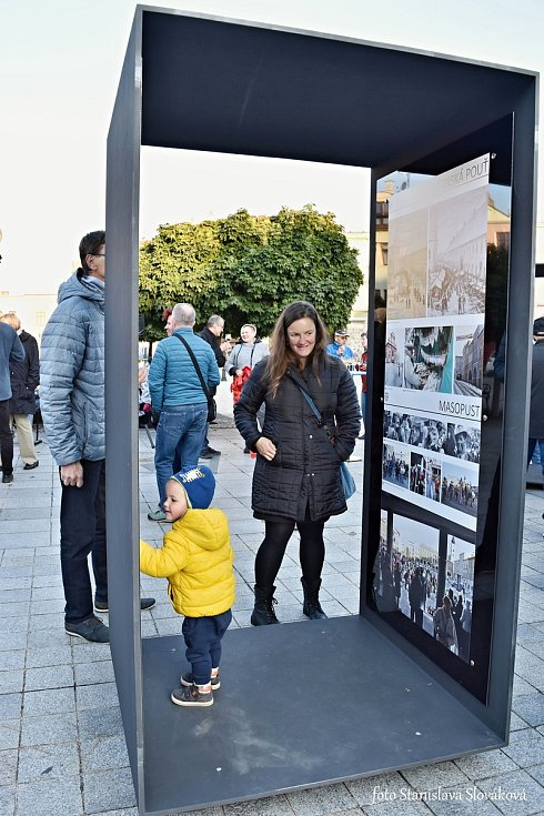 Tři nové výstavní panely jsou od pondělního odpoledne na Náměstí Sigmunda Freuda v Příboře. Jejich součástí je výstava s názvem Život v historickém centru.