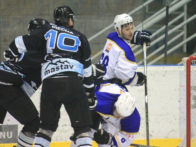 Na druhém finálovém vítězství Studénky se čtyřmi body (1+3) podílel útočník Jan Sluštík (v bílém).