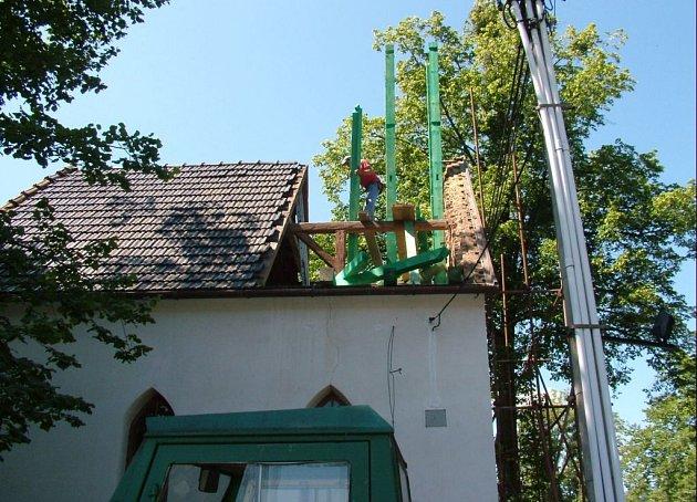 Věž se zvonicí na kapličce v Bordovicích se opravuje po 130 letech.