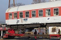 Nevšední podívaná byla k vidění v pátek 6. listopadu dopoledne v Novém Jičíně. Z místního vlakového nádraží se totiž stěhoval jídelní vůz.