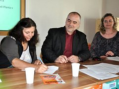 Hlavní organizátorka festivalu Zlata Holušová podepisuje smlouvu o spolupráci s Valašským muzeem. Přihlíží jeho ředitel Jindřich Ondruš.