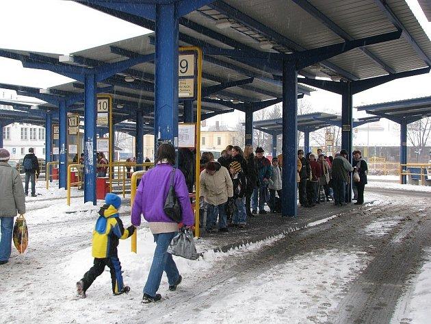 Cestující autobusem by se při zhoršeném počasí měli připravit na zpoždění. Ilustrační foto.