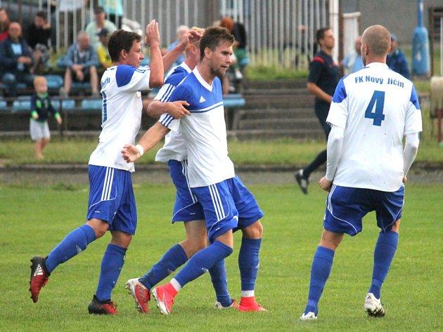 ČASTÝ OBRÁZEK! Útočník FK Nový Jičín Ondřej Pyclík (uprostřed) se v podzimní části ocitl po vstřelené brance v objetí spoluhráčů celkem desetkrát.