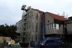 Rekonstrukce přístavby radnice potrvá téměř až do konce října.