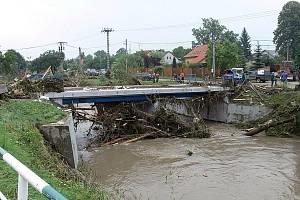 Rozbouřená řeka Jičínka napáchala milionové škody také v Šenově u Nového Jičína.
