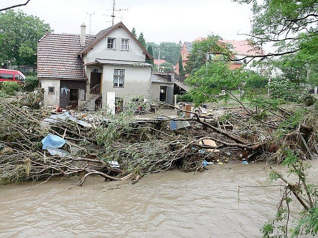 Rozbouřená řeka Jičínka napáchala milionové škody.