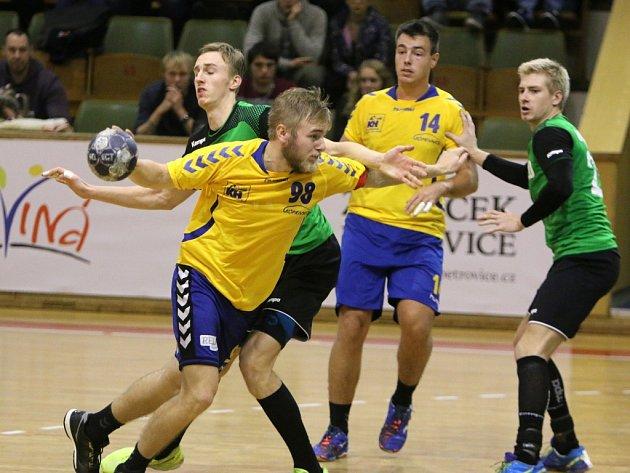 V PRVNÍM VZÁJEMNÉM utkání letošní sezony získala oba body Karviná, která doma kopřivnické házenkáře (zleva ve žlutém Bukovský a Petřík) porazil 36:29.