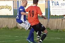 Fotbalisté Fulneku prohráli derby s Vítkovicemi. Souboj Ondřej Lang (19) vs. Martin Švestka (13).