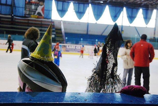 Žáci prvního stupně novojičínských základních škol se zúčastnili v úterý 24. února bruslení v maskách. To pro ně připravil HC Nový Jičín.