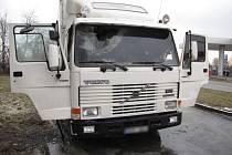 Dvě zásahové cisterny hasičů vyjely v neděli odpoledne k požáru kabiny nákladního automobilu v Novém Jičíně, na ulici Suvorovova, poblíž čerpací stanice pohonných hmot.
