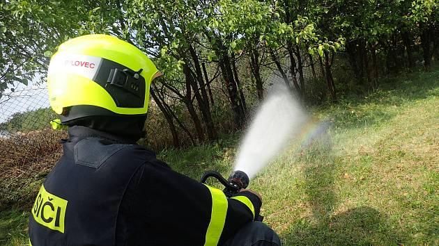 Požár suché trávy ve Stachovicích, místní části Fulneku likvidovali hasiči. Hrozilo, že by se mohl rozšířit mezi obytné části obce.