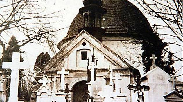 HŘBITOV s kaplí na snímcích z počátku minulého století. Zásadních úprav se místo dočkalo až v 90. letech.