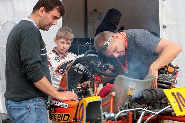Mladý motokárový závodník David Klar z Frýdku-Místku (uprostřed) začal sezonu vítězstvím.
