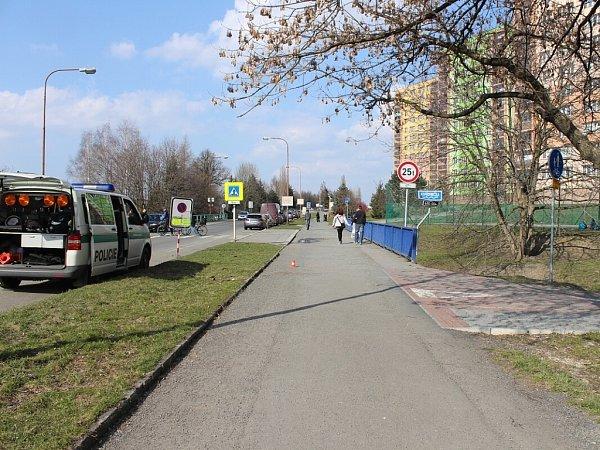 Srážku chodce scyklistou vyšetřují policisté vKopřivnici a zároveň hledají svědky události, ke které došlo již vneděli 14.dubna.