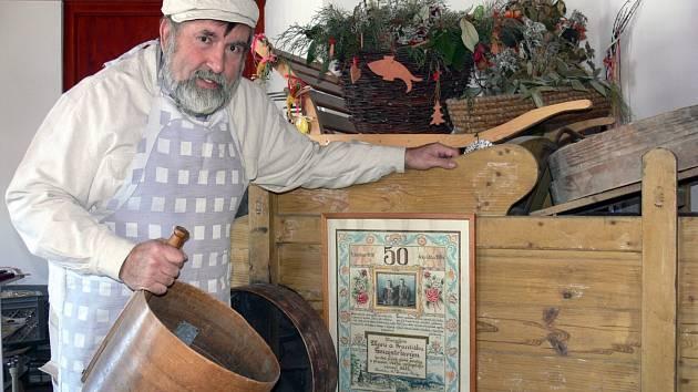 S mlynářskou čepicí na hlavě znají Zdeňka Šmajstrlu, propagátora pohanky, tisíce lidí minimálně z obálky jeho knihy receptů Pohanka ve mlýně a v kuchyni.