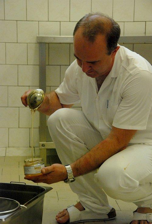 Včelí úly jsou skryté v ovocném sadu areálu nemocnice. Rámky plné medu putovaly do místní kuchyně a po očištění do medometu. Z něho se pak stáčela přírodní pochoutka.