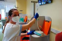 Všeobecná sestra Jana Balarinová připravuje novou infuzní pumpu pro pacienty.