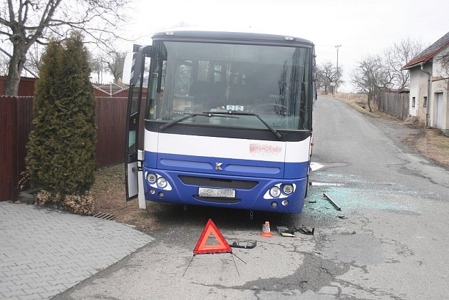 Rozbitý autobus ve Starojické Lhotě a další autobus nad korytem potoka v Bílovci. Čtvrtek 1. a pátek 2. března byly pro autobusy na Novojičínsku smolnými dny.