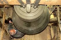 V neděli 23. října dopoledne se v Bílovci rozezněly zvony poněkud slavnostněji. Právě v tento den si totiž Bílovečtí připomněli pětadvacáté výročí navrácení zvonů do kostela sv. Mikuláše.