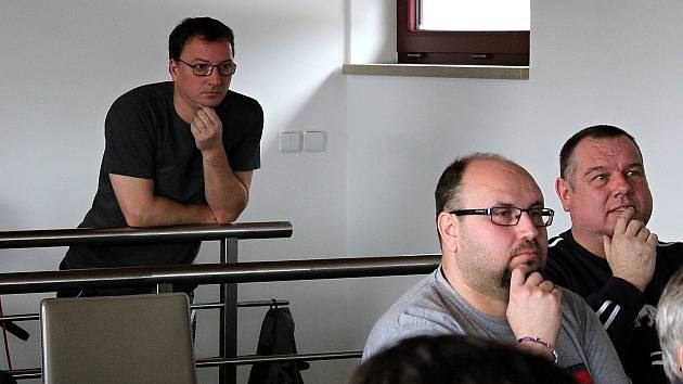 Libor Kvita (vlevo v pozadí) sledoval většinu zápasu své sestry Petry osamoceně vestoje.