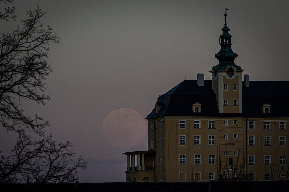 Takzvaný Super růžový měsíc vychází za Dolní a Horní zámek, 26. dubna 2021 ve Fulneku. Super úplněk je pojmenován tímto způsobem, protože je nejblíže k Zemi, a tak se jeví větší než normální úplněk.