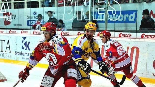 David Ostřížek (vlevo) v třineckém dresu v souboji s Petrem Čajánkem.