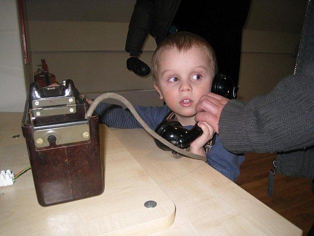 Jednoduchý telefon si vyzkoušely i děti