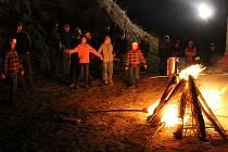 ATMOSFÉRA při zapalování ohně za zvuku bubnů byla tajemná.