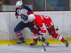 JEDINÝM KOPŘIVNICKÝM střelcem na ledě lídra z Poruby byl Martin Tomášek (vlevo), ale i to stačilo Tatře k cennému bodu.