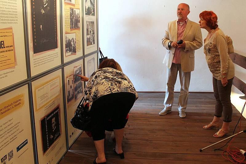 Zejména členové Nadačního fondu Rodný dům J. G. Mendela se v sobotu 20. června sešli v Mendelově rodném domě, aby si připomněli padesáté výročí založení tohoto památníku v Hynčicích, místní části Vražného.