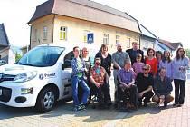 Tým občanského sdružení ITY a jeho klienti se radují z nového sociálního automobilu.