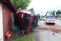 Kamion řízený čtyřiadvacetiletým cizincem havaroval ve středu v obci Vrchy na Novojičínsku.